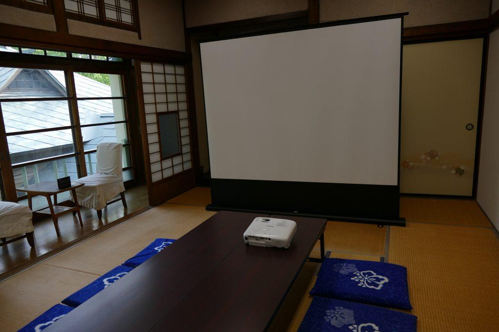和室にスクリーンとプロジャクターが設置してある写真
